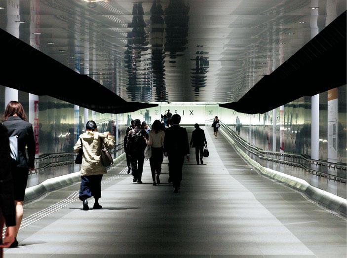 〔27〕近未来都市を彷彿させる一本道