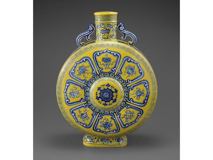 青く色づく美術品に魅了される <br>「染付―世界に花咲く青のうつわ」 開催中