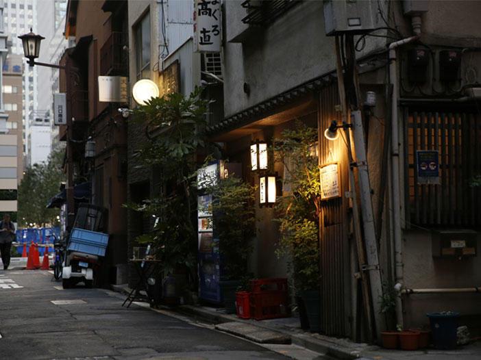 ビルの隙き間で生き残る昭和な路地慕情